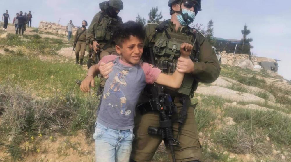 Israeli troops detain terrified Palestinian kids for picking vegetables