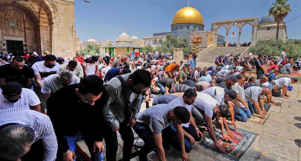 Palestinian demonstrators urge Hamas to hit Israel