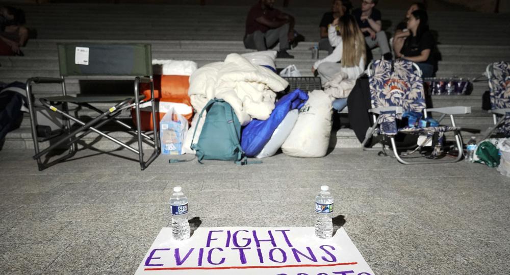 US Democrats call on Biden to extend expired eviction moratorium through october