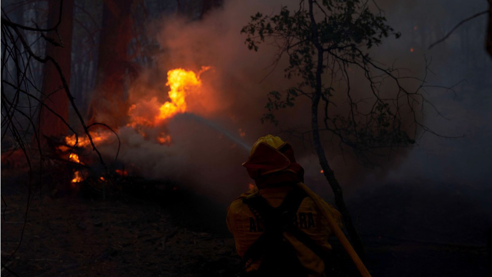 US firefighters work to keep fire from Lake Tahoe