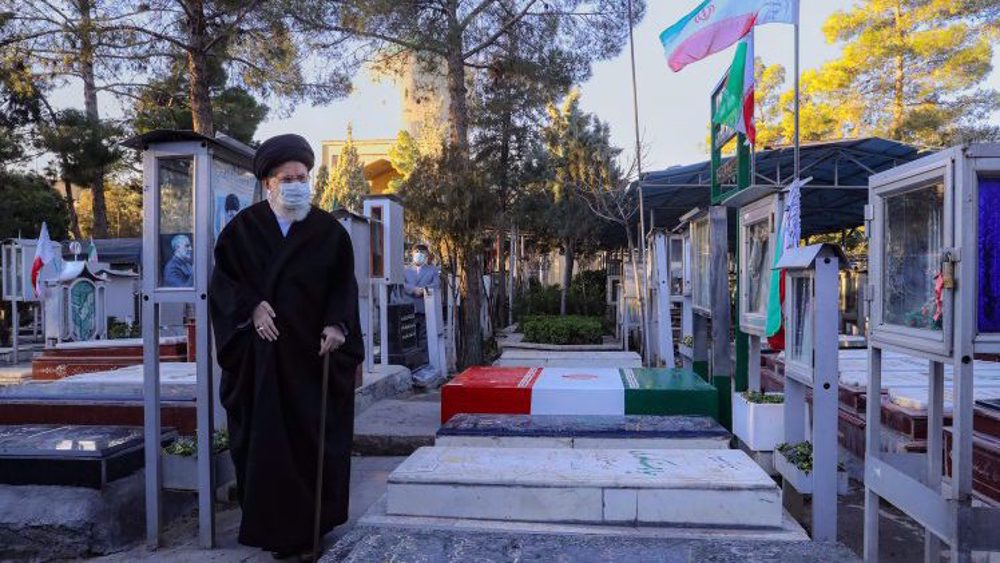 Leader hails Iran's martyrs on anniversary of Sacred Defense